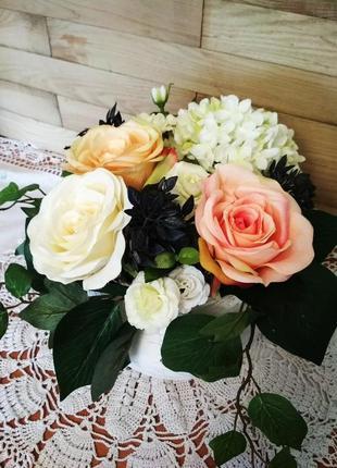 Интерьерная цветочная композиция, кашпо, розы, гортензия, керамика, декор на стол.