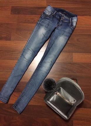 Светло-синие джинсы, на каждый день