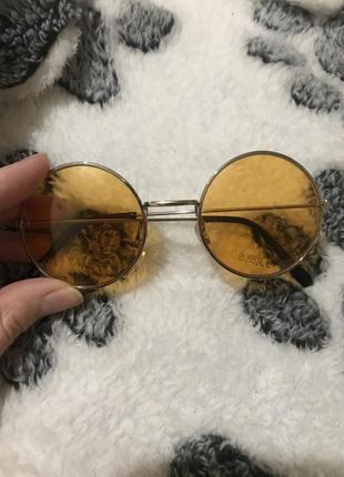 Круглые солнцезащитные имиджевые очки.