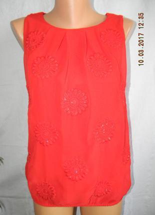 Красная блуза с красивой вышивкой