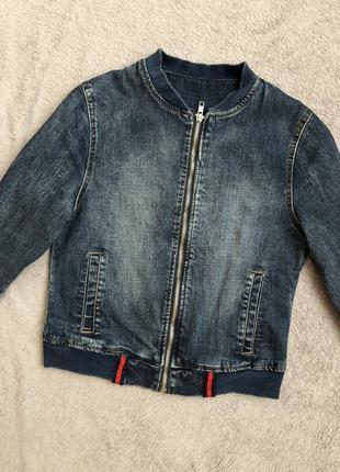 Темная джинсовая куртка на молнии