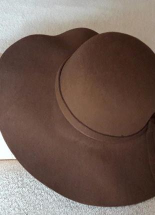 Коричневая широкополая шляпа