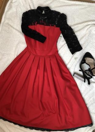 Красное платье с кружевным черным верхом