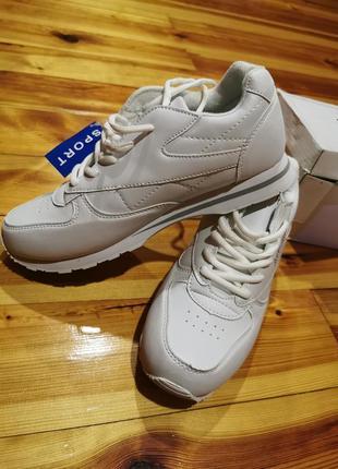 Белие кроссовки
