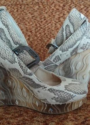 Шикарные стильные кожаные туфельки-босоножки под рептилию 37 размер