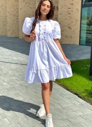 Милое белое платье с рюшами и объемными рукавами фонариками