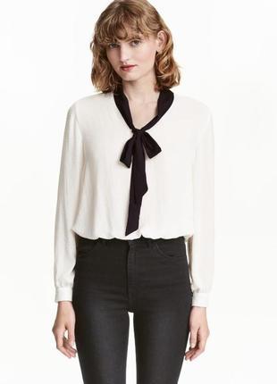 Белая блуза с бантом