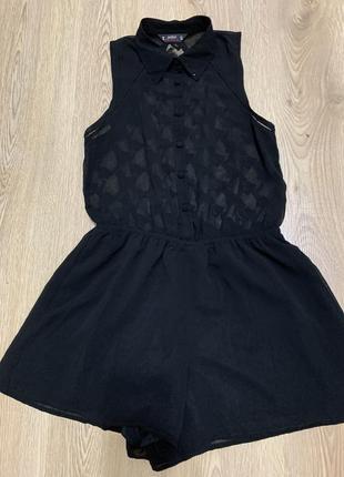 Красивый чёрный комбинезон с кружевной спинкой