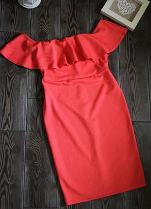 Фактурное платье миди с рюшей и открытыми плечами