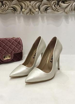 Туфлі-лодочки ніжного кольору перлин