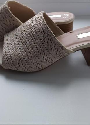 Актуальні сабо на устойчивому каблуку з плетенням