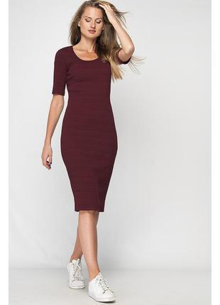 Платье футляр с декольте цвета марсала