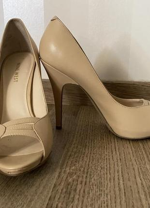 Бежевые туфли nine west
