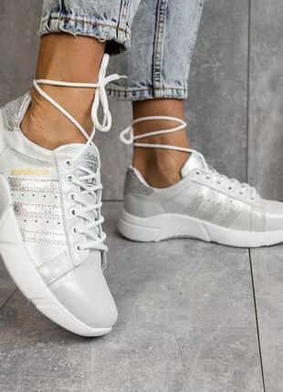 Серебристые кожаные кроссовки