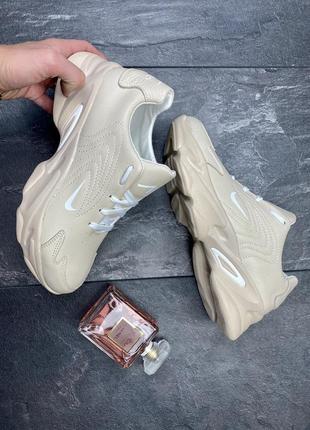 Бежевые кожаные кроссовки женские