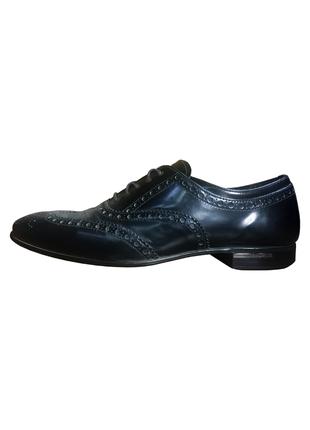 Стильные черные кожаные туфли prada