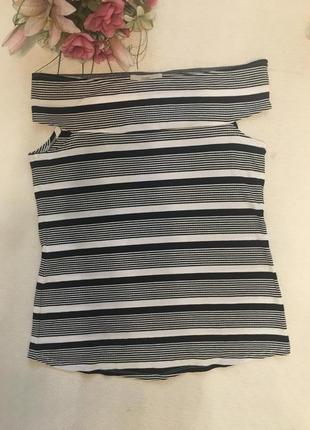 Майка-футболка с открытыми плечами