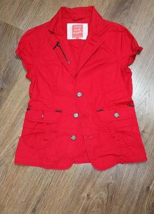 Красный пиджак жилетка