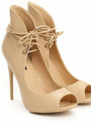 Туфли с высоким задником на шнуровке