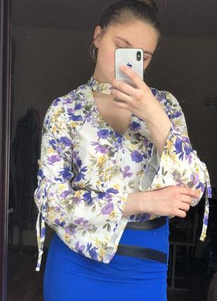 Блуза с чокером в цветочный принт с красивыми рукавами