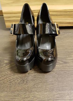 Туфли лаковые на широком устойчивом каблуке