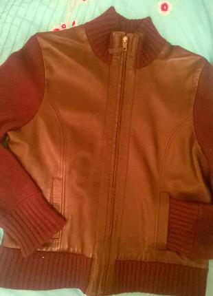 Курточка  100%шерсть(валяная)  и 100%кожа натуральная , очень теплая.