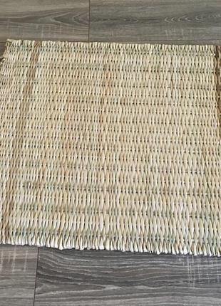 Плетёный коврик из соломы