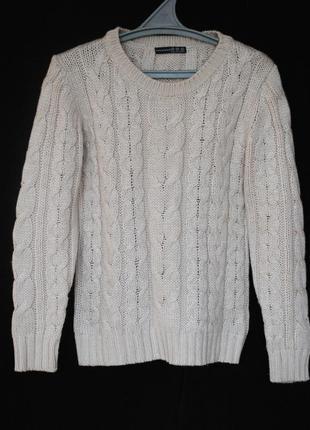 Тёплый свитер, украшенный вязкой косичкой бежевого цвета
