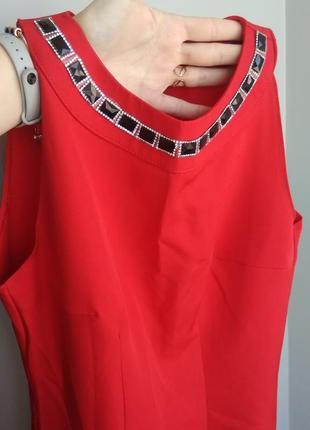 Яскраве червоне плаття