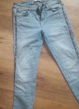 Светлые джинсы с лампасами