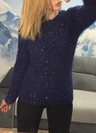 Синий пушистый свитер