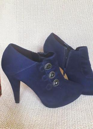 Суперские ботинки синего цвета из замши  ни разу не одевались