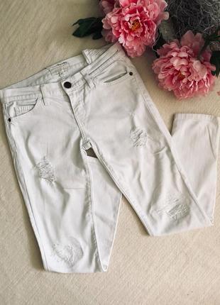 Белые крутые джинсы скинем с  потёртостями