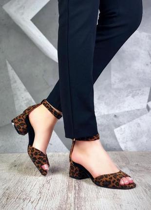 Элегантные босоножки на небольшом каблуке из натуральной замши. люкс качество
