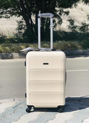Средний пластиковый чемодан молочный wings