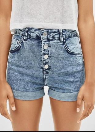Короткие джинсовые шорты на болтах