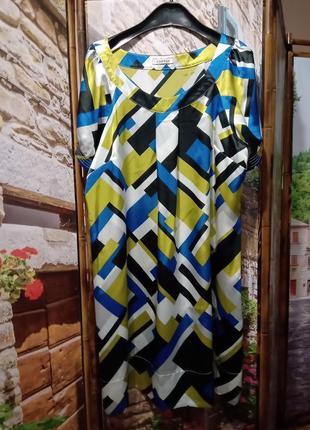 Струящееся атласное платье цветная геометрия