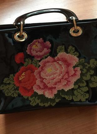 Лаковая сумка с модным принтом