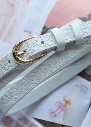 Узкий кожаный ремень с цветочным узором белый пряжка золото
