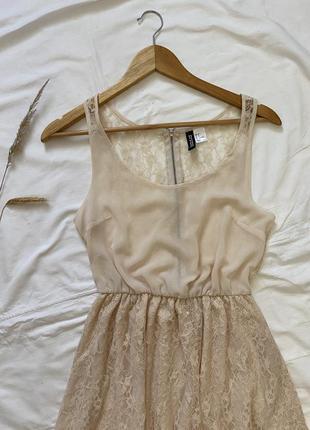 Сукня бежевого, кремого кольору з круживом
