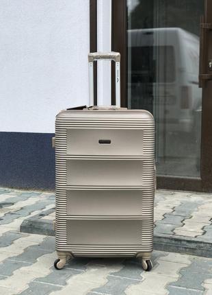 Уценка! большой пластиковый чемодан в цвете шмпань wings