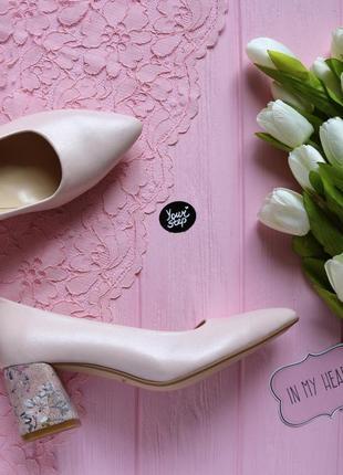 Туфли из кожи цветы пудры на обтяжном каблуке с острым носиком