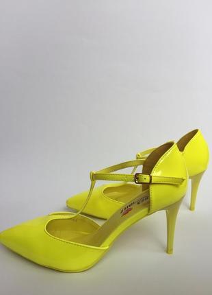 Лодочки. туфли на каблуке. яркие босоножки. туфли лето.