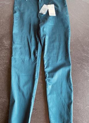 Новые легкие зеленые брюки mango