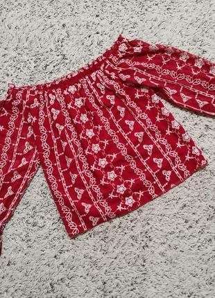 Блузка красная, с вышивкой, открытые плечи.