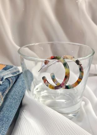 Стильні акрилові сережки-кільця