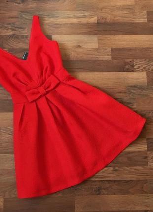 Новое с биркой нарядное платье с бантом держит форму