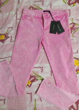 Яркие джинсы средней посадки