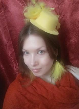 Элегантный комплект украшений, шляпка с пером, сережки-перышки