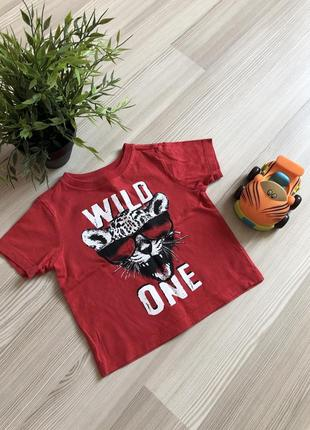 Яркая футболка